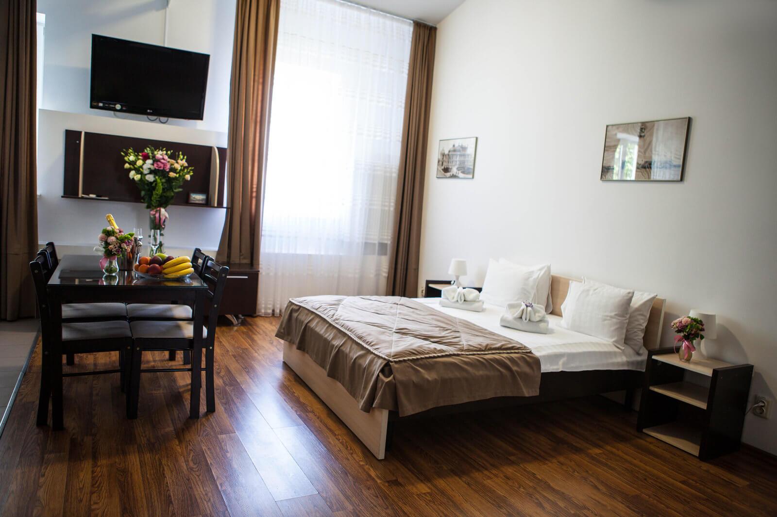 двуспальная кровать, телевизор, кабельное тв