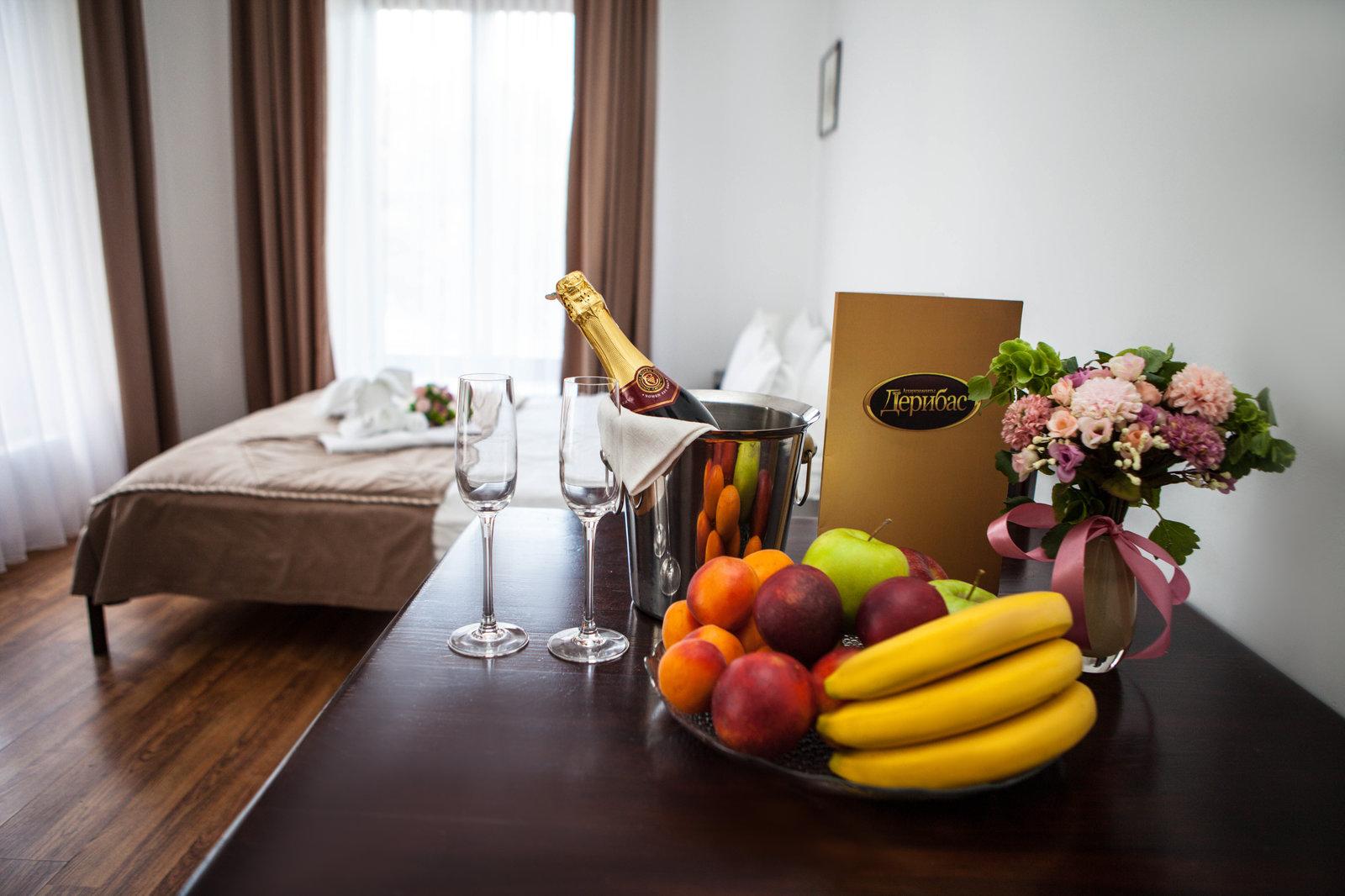 фрукты, шампанское, живые цветы