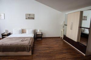 кровать, прикроватные тумбы, шкаф для вещей