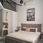 Большая кровать в отеле в Одессе