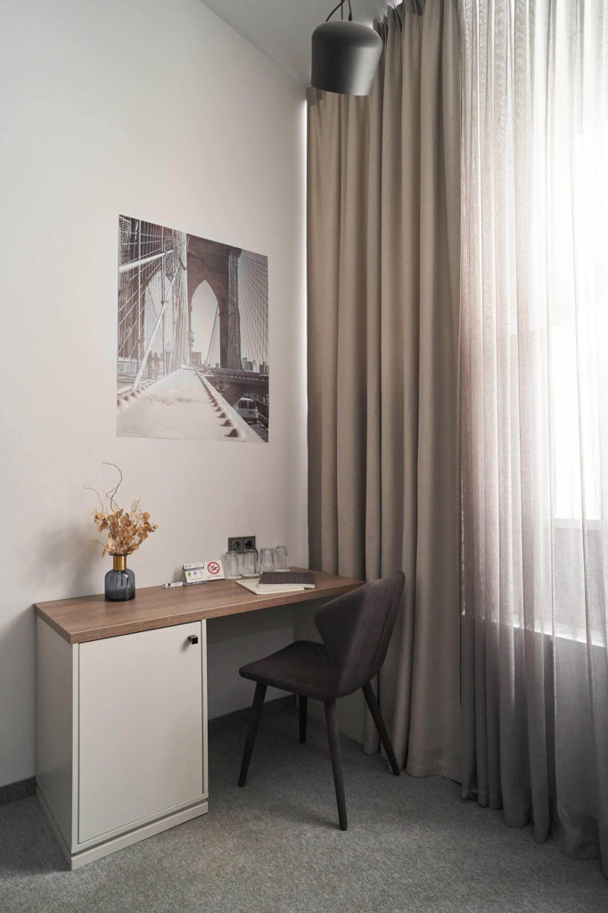402-superior-room-table-chair