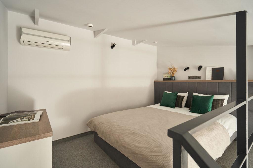 двуспальная кровать в улучшенном номере